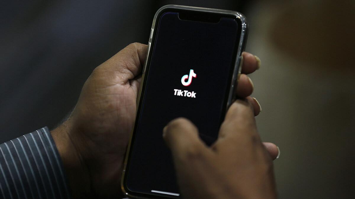 Walmart joins Microsoft in bid for video app TikTok-01